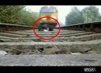 線路に寝転がって電車をやり過ごす姿をビデオカメラで撮影