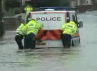水没した道に勇敢に立ち向かう警察車両が・・・。