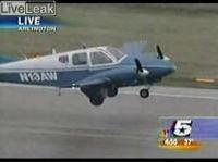 小型機の胴体着陸 車輪が下りない!!