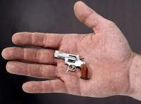 世界最小5cmの拳銃は時速480km殺傷力のある弾丸を発射する