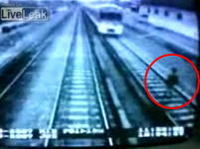 自殺志願者が電車に轢かれる瞬間の映像