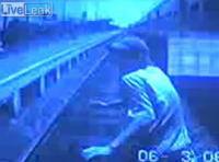 少年が電車に轢き殺される瞬間【ショッキング注意】