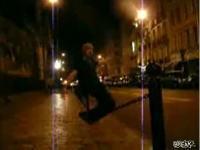 街頭のフェンスロープで遊ぶ外人のバランス感覚がすげーw