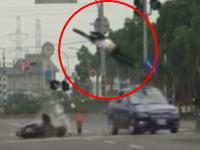 ミニバイクと自動車の交通事故 衝撃★★★★★