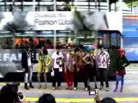 中央分離帯を舞台にした最も危険なファッションショー