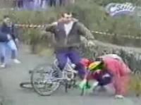 自転車レース 選手のラフプレーにキレた観客が取った行動とは?