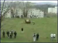 ドラム缶を空高く舞い上げる恐ろしく危険な遊び