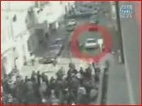 群集に突っ込みそのまま逃走する車のムービー 衝撃映像注意