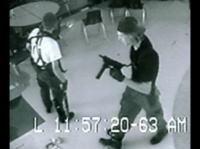 コロンバイン高校銃乱射事件 悲惨な現場を捉えた写真スライドショー