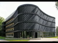 壁が波打つ近代的なアートの建物 芸術?テクノロジー?