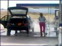 ゆとり?w ガソスタで車の中まで洗車しちゃう女性