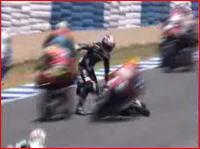 MotoGP125 コース上で転倒した選手に後続車がつっ込み大混乱