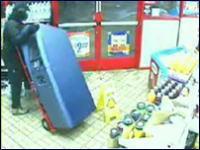 監視カメラは見た!店員を目の前にATMを盗み出す超図々しい男