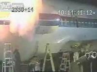 男性作業員がジェットエンジンに吸い込まれてしまう瞬間