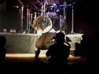 フリチン全裸 そしてステージでウンコをし観客席へ投げる恐ろしいライブ