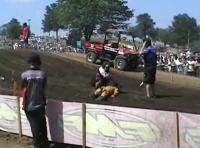 後続のバイクに何度も轢かれてしまうライダー 衝撃動画注意