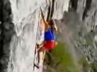 断崖絶壁を命綱無しで登る男、死亡直前 最後の映像