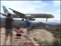 丘ギリギリ なかなかスリリングな着陸をみせるジャンボ機