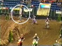 モトクロスレース コース係員を襲うバイク