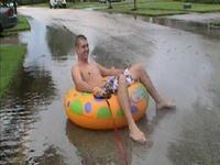 水没した道路だからって浮き輪で遊んでいると危険だという例