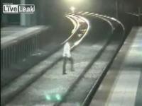 線路に下りてホームを移ろうとする男性が電車とぶつかる瞬間