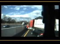 高速道路で大惨事 大型トレーラーが突っ込んでくる衝撃映像