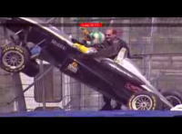 ユーロF3 タイヤバリアを乗り越えてフェンスに激突するクラッシュ