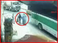 道を横断する二人の女性がミキサー車に轢き殺される衝撃映像
