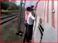 電車の外側に掴まっていた男性が走行中に落っこちちゃう