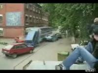線路上に停止していた数台の車を弾き飛ばす路面電車のムービー