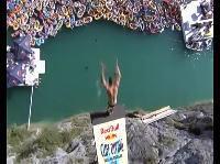 勇気が試されるレッドブル高飛び込みコンテストの様子