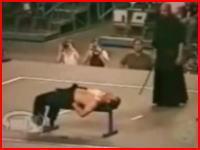 空手ショー日本刀で誤って首を切り裂いてしまうショッキング映像
