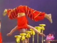 カンフー少年が魅せる驚異のアクロバット演技