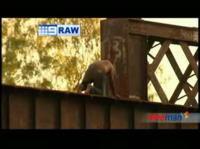橋から落下した男性が消防車にはねられるムービー