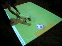バーチャルなサッカーボールで遊ぶワンちゃんのムービー REACTRIX