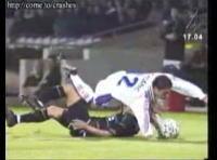 サッカーで脚が折れる瞬間のムービー 再生注意
