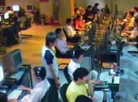 インターネットカフェで完璧な盗みを働く少年の映像