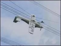 38万ボルトの送電線に引っ掛かってしまった小型飛行機