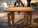 押せば歩く様に移動するテーブル