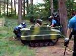 誰でも気軽に乗れる「一人用ミニ戦車」が大人気。公道も走行可能
