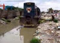 フィリピンの国鉄は水没した線路でも走ります
